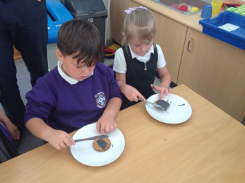 RB decorate spider biscuits