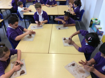 4L learn about Greek Pottery